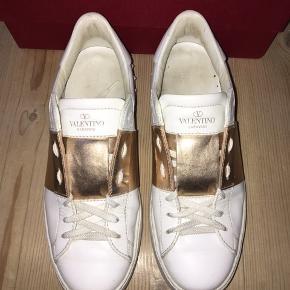 Lækker valentino sko i str 38,5. Skoene er i fin stand der er stort set kun brugsspor på det guld farvet hvilket også kan ses på billederne, spørg endelig for flere billeder.