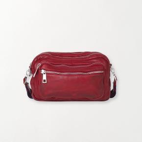 Rød læder taske, med 4 rum! Praktisk og skøn!