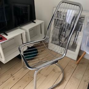 Meget smuk stol. Købt herinde men bliver nødt til at sælge en af dem grundet pladsmangel.