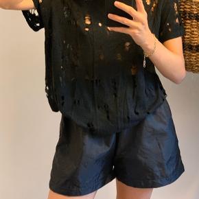 Fed IRO t-shirt med huller i🍓🍓