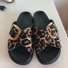 Sælger disse fine flats/sandaler fra Topshop. Købt i LA sidste år i april. Er i virkelig god stand! Np var 500 kr