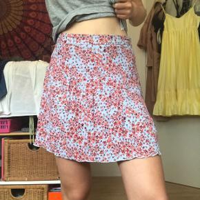 Super sød nederdel med blomstermønster fra H&M. Let og luftig og perfekt til sommer!☀️ Str 34 (lidt krøllet på billederne, men kan stryges) Byd endelig :)