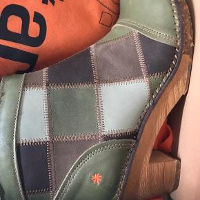 Art. Model Amsterdam . Kaki. Ubrugt. Arts bløde komfortable såle og lækker pasform