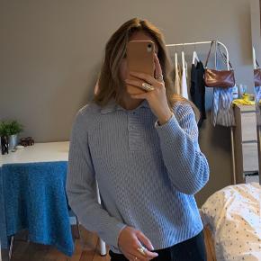 Super fin sweater fra Monki i lyseblå. Sælges da den ikke helt er mig alligevel. Den er brugt og vasket 2-3 gange ca, og fejler intet, ingen pletter, huller eller lign.   RØG OG PELSFRIT HJEM