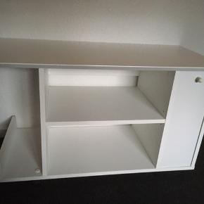 Fint Hvidt tv-bord, BYD gerne :-) Overfladiske skræmmer, men ikke store.