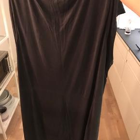 """Carmakoma kjole str. M, med vandfaldshals og detalje med """"hul"""" i den ene side af kjolen ved ærmet. Brystmål: 140cm"""