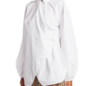 Smuk GANNI poplin wrap shirt! Brugt 2 gange og fremstår i bedste stand! Byd❤️