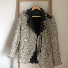 Sælger denne jakke fra Zara, da den ikke længere bruges. Fra børneafdelingen, så passer derfor en small/medium.