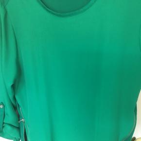 Rigtig flot, smart bluse i 100% polyester  Har mange detaljer Farven er så flot og klar