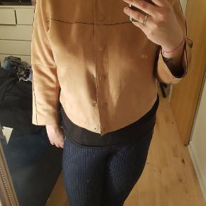 Jakke fra Zara, aldrig brugt. Str xl. I ruskinds lignede stof