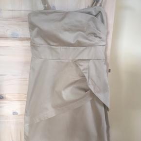 Mærke: Vila Størrelse: XS Farce: Beige  Materiale: Bomuld, elastan Kjolen: stropkjole. Mange detaljer på kjolen og en bred elastik og kraftig lynlås i ryggen. Stand: Kjolen er brugt en gang og derfor som ny  Sælges 75 kr