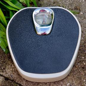Smart og velholdt retro badevægt fra Ginge. Dekorativ og velfungerende. Sendes for 45 kr
