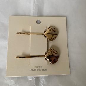 Shell / musling hair clips fra UO. (Nypris i UO 135) Har også øreringe / sticks med musling - se anden annonce!