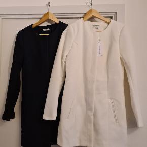 Navy blå eller hvid//  Str s  NYE begge 2. Lukkes med knapper.  Prisen er 100kr pr jakke. Sælges hver for sig eller samlet