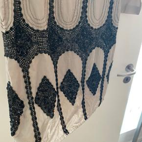 Fineste couture kjole med flotte perler på. Enormt speciel og aldrig brugt