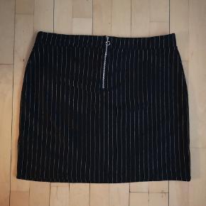 Lodret stribet nederdel i størrelse 50 fra Even&Odd Curvy, sælges. Der er lynlås bagpå, og stoffet er behageligt.  Materialet er 98% polyester og 2% elastan. Den måler følgende: L 48 cm, B 55x2 cm, talje 46x2 cm. Der er stræk i stoffet og det er oplagt til de kolde vinterperioder 👈 👗👗👗