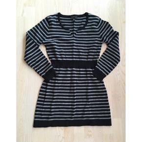 Lækker blød strik kjole fra Mango 🔘⚫️  Sort og grå stribet strik.  Brugt, men i god stand.  Str. L, men passer en S-M.  Med stræk.   Se også mine andre fine annoncer, giver gerne mængderabat 💕
