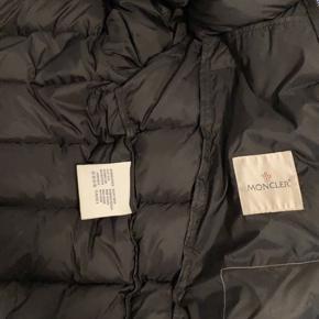 Der er tre små huller, som jeg kan vise på en video til køberen, men jakken er i perfekt  stand. Og jeg kan sagtens sende den med posten som høre med i prisen. En god vinter jakke, og det er Str 2, skriv for flere billeder.