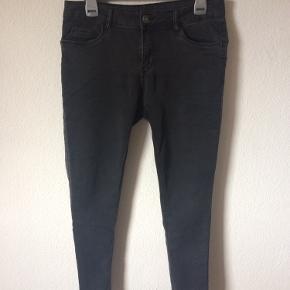 Vero moda - jeans Str. L/30 Næsten som ny Farve: mørkegrå Lavet af: 66% cotton, 32% polyester og 2% elasthane Style: shape up jeans Mål: Livvidde: fra 82 cm til 94 cm hele vejen rundt Længde: Ydre: 94 cm Indre: 70 cm Køber betaler porto!  >ER ÅBEN FOR BUD<  •Se også mine andre annoncer•  BYTTER IKKE!