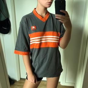 Vintage Adidas t shirt  Fitter str m bedst Ingen pletter eller huller   Mp 150kr