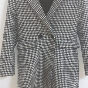 Sælger denne flotte vinterfrakke fra Only. Frakken er kun brugt et par gange.  Den koster cirka 600 kroner for ny, min pris er omkring 350 kroner.