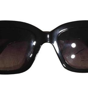 Klassiske sorte solbriller fra Stella McCartney sælges, da de aldrig bliver brugt.   Brillerne fremstår som nye.