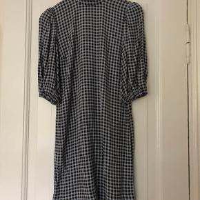 Ternet Ganni kjole, str. 34. Brugt og vasket 1 gang. 🌚⭐️  Kan mødes i Aarhus C, eller sende med TS-handel/DAO.