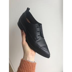 Jeg sælger mine &OtherStories sko, da de ikke er helt min stil alligevel 👞 Brugt 2 gange (i et par timer). Jeg har stadig æsken til skoene. Nypris: 950kr  Jeg bytter ikke 🙅🏼♀️ Kan afhentes i Aalborg eller sendes forsikret med DAO 🌞