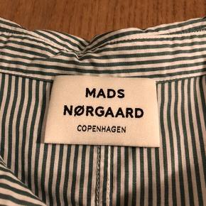 Fin stribet skjorte, aldrig brugt fordi den er lidt stor i størelse, ville passe en Medium💚
