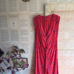 Vintage kjole, i lækker kvalitet, falder super flot. Sidder løst, og kan strammes ind i taljen. Er nedringet, blomstret.   Alm str M.