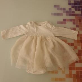 En rigtig fin hvid kjole med indbygget bodystock. fejler ingenting Er brugt en gang.  Jeg sender men kun hvis i betaler for fragt.  Jeg sender med dao. ved at Køb fler babytøj kan vi godt lave en samlet pris. Str 56. 20 kr.