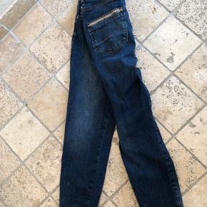 Rigtig fine jeans med stræk str 27.