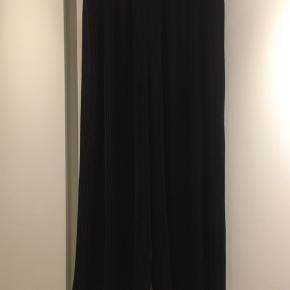 Sorte bukser str XXL.  Plisserede og med virkelig god vidde.  Ligner en nederdel.  Flotte og elegante.   Brugt 2 gange.