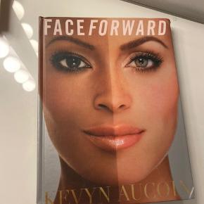 FACE FORWARD coffee table bog af makeup artisten Kevyn Aucoin med massere af billeder og tutorials. Har noget slid i hjørnerne - se billeder. Pris sat derefter.