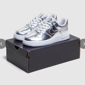 SKOEN ER HELT NY OG UBRUGT! Højre sko en kun prøvet på. Er desværre for store til mig.  Købt på en udenlandsk hjemmeside, og vil gerne undgå dyr porto.