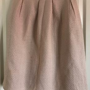 A-Line nederdel fra H&M, med fine nister i.  Sælges da jeg desværre ikke får den brugt. Størrelse S, går mig til under knæene (er 165 høj)