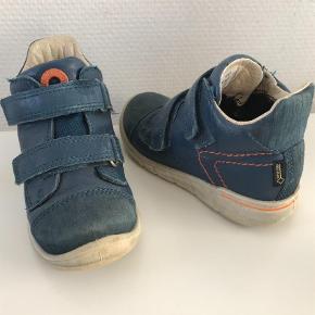 Varetype: Støvler Farve: Blå Oprindelig købspris: 599 kr.  Fra røg/dyrefrit hjem, Ecco First kort støvle m/Goretex - SUPER god til overgang til sandaler, original æske haves.