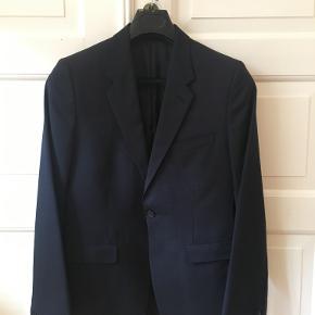 Acne jakkesæt i navy i flott stand.  Slim model. Jakke og bukser (passer en med ca 30 i waist) i størrelse 48.  Nypris ca 4500kr