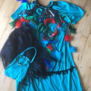 Indianer udklædning kostume  Med paryk kjole taske slangearmbånd masser af fjer og pynt til at binde på benene  14-16 år   Fin stand   Fastelavn temafest   Sender gerne  Se flere annoncer