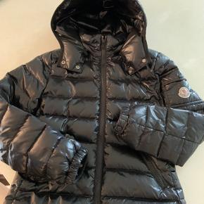 Jeg sælger min Moncler bady jakke. I en str 12 år, jeg har flere billeder men kan ikke sætte flere billeder ind, så skriv for flere billeder. Nypris: ca. 4000 kr Pris: 2000 kr