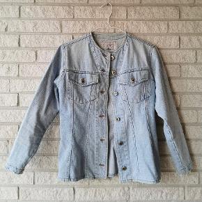 Super lækker denim jakke fra 1980'erne i størrelse 34 fra Grækenland. Det er en slim model, og kan både bruges som en denimskjorte eller jakke. Den har en flot lys blå farve. Skriv en privat besked for mere info. 💙