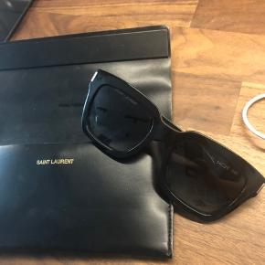 Saint Laurent Bold 1 solbriller. Pænt brugt få gange og i rigtig god stand. Inget synlig brugsslid.  Etui medfølger (etuiet har lidt brugsslid i det ene hjørnet)