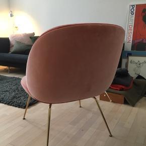 Super flot og meget velholdt lænestol fra GUBI  - model Beetle Lounge Chair. Købt i Style Paste Aarhus og kvittering haves.   OBS. Fast pris og skambud besvares ikke!
