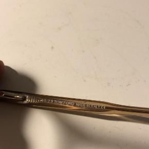 Sælger et Tom Ford brillestel uden glas, da jeg ikke bruger dem længere.  De fremstår i rigtig god stand, uden bøjninger på stel eller stænger.  De er købt for lidt over 2000