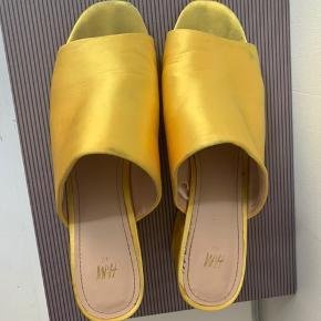 De flotteste sommer mules med en 5,5 cm hæl. Smuk gul farve!   Oprindelig pris: 299,-
