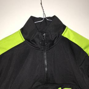 Lækker cropped trænings sweatshirt fra Puma. ny pris: 400 man betaler selv fragt