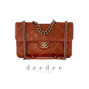 """Chanel """"Perfect Edge"""" taske i en fin cognac-brun nuance 🤎 Aged calfskin- Læderet har et naturligt distressed look og er nemt at holde. Aged guld hardware.   I flotteste stand. Mål: 30x20x8cm.   Fast pris: 19200dkk. For køb og spørgsmål skriv til info@deedee-tasker.dk"""
