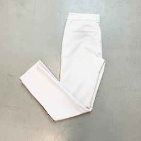 Fra Echte. Har lidt snavs bagpå (se billede), kan sandsynligvis fjernes.   56% bomuld, 38% polyamid, 3% polyester og 3% elastan.   Måler 76 cm i skridtlængde.