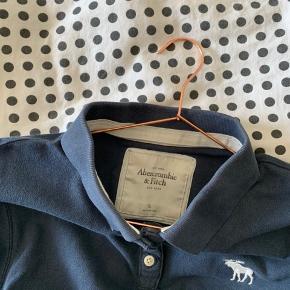 Polo Fra Abercrombie and Fitch i mørkeblå sælges  Den er en str XL (passer en M/L)  Prisforslag: 40 DKK   Kom gerne med er bud eller spørg for mere information😊  Kan sendes idag🎁