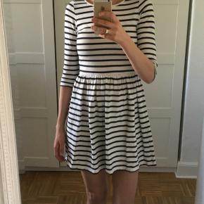 Sød blå/hvid stribet kjole fra Ganni. Er som ny. Passes af en xs-s